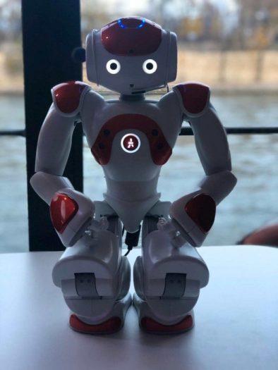 Le robot nao petit et mignon